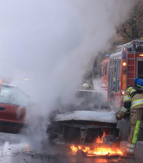 Auto vliegt voor stoplicht in brand in Veenendaal, bestuurder ontsnapt aan vlammen