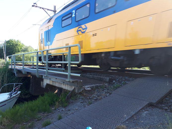 In het water van de Vliet komt een vlonder zodat wandelaars onder de spoorbrug door het wandelpad van de Vlietkade in Bodegraven kunnen uitlopen.