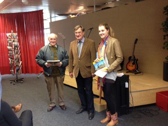 Burgemeester Henk Hellegers (midden) na de boekoverhandiging aan Jan van der Avoort en Menth Raijmakers.