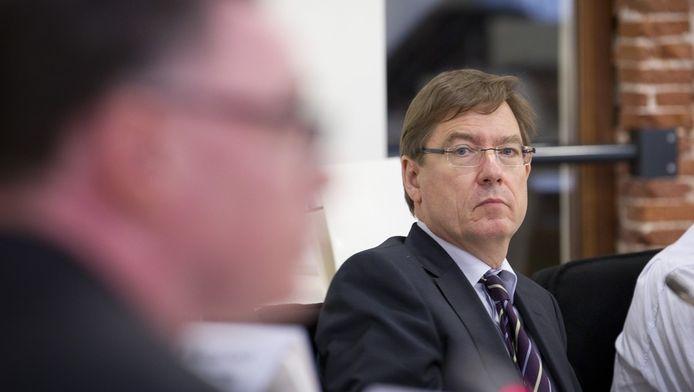 Mitros directeur Rob Rotscheid tijdens een extra raadsvergadering in verband met het gevonden asbest in de wijk Kanaleneiland.