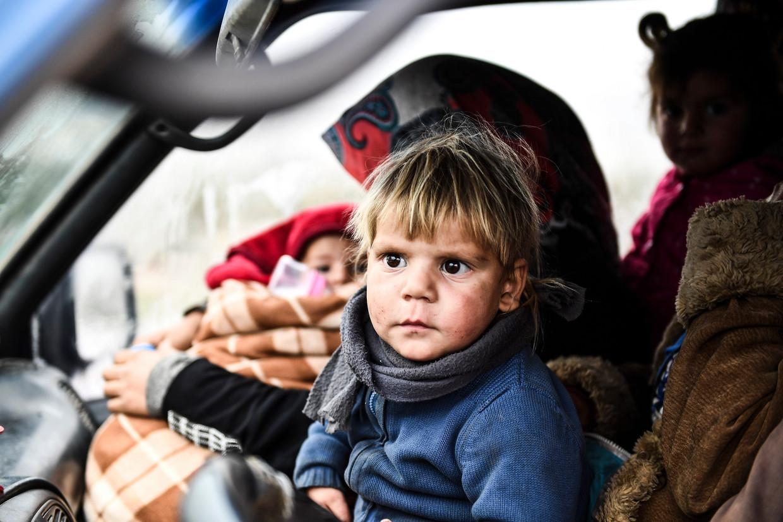Een Syrisch gezin ontvlucht de provincie Idlib richting het noorden in de hoop veiligheid te vinden bij de Turkse grens.  Beeld AP
