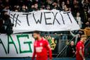 """Haagse humor: de fans van ADO houden een spandoek omhoog met de tekst """"Twexit'."""
