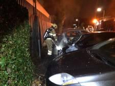 Geparkeerde auto brandt uit in Ede