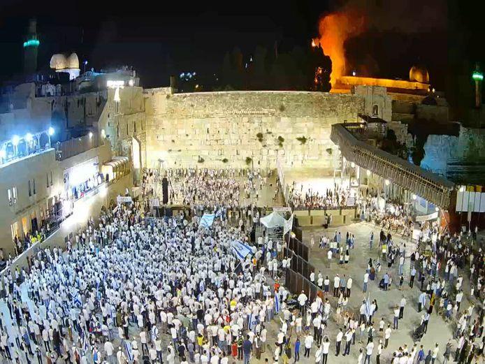 Op de achtergrond is een brand te zien bij de Al-Aqsa-moskee in de Oude Stad van Jeruzalem.