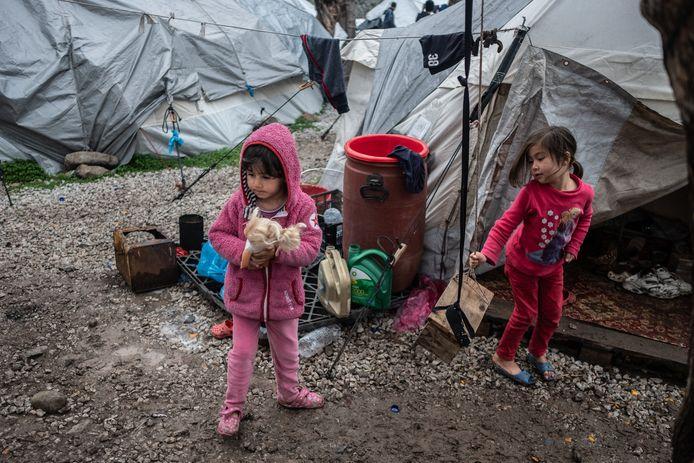 Duizenden migranten- en vluchtelingenkinderen zitten vast op het Griekse eiland Lesbos.