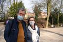 """Wandelaars Ludo Vanhees (68) en Ingrid De Jagere (64) tonen begrip voor de jongeren. """"Ze genieten van het mooie weer. Wat valt er anders te doen?"""""""