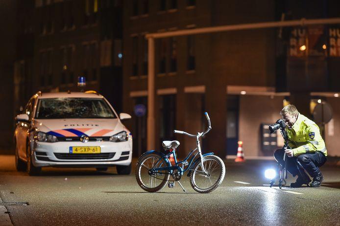 Politieonderzoek naar aanleiding van een verkeersongeval tussen een politieauto en fietsers op het kruispunt PWA-Laan met de Koning Stadhouderlaan in Apeldoorn.