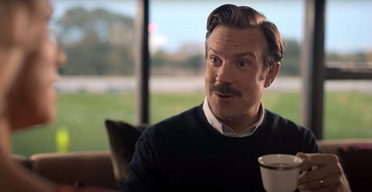 Ted Lasso probeert een kopje Engelse thee. Beeld
