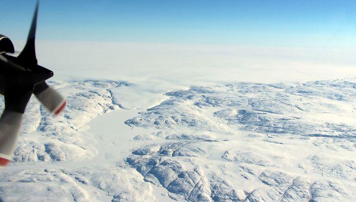 Op de foto is de gletsjer Hiawatha te zien. De krater bevindt zich bijna 1 kilometer onder het ijs.