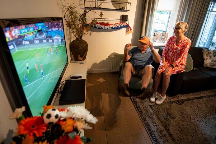 Herman Kleine Koerkamp leeft samen met zijn vrouw Joke enthousiast mee met de eerste wedstrijd van het Nederlands elftal. Zeker als Denzel Dumfries na vijf minuten bijna de 1-0 scoort veert de 70-jarige Lemelervelder op.