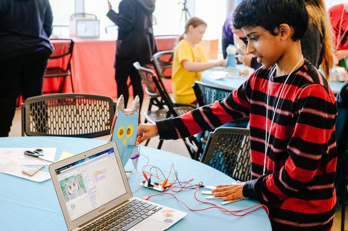 Kinderen leren programmeren met Scratch.