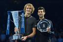 Winnaar Alexander Zverev (links) en runner-up Novak Djokovic na de finale van vorig jaar.