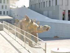 Politie vindt lichaam man in standbeeld van dinosaurus