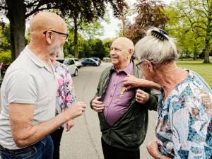 Joop (89) moest naar het gemeentehuis voor een gesprek over voetbal, maar kreeg een lintje