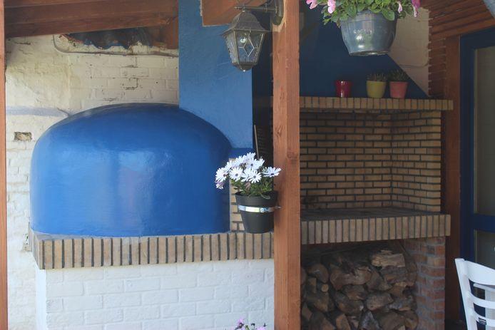 In de hoek wordt een spit gebouwd, waar elke zondag een lammetje klaargemaakt zal worden.