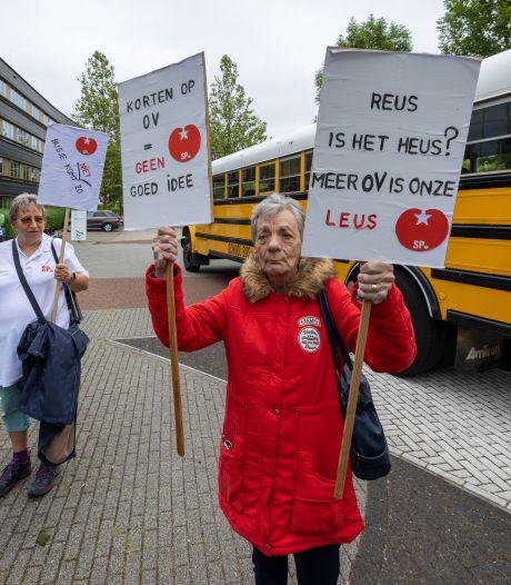 OV-protest vanuit Dronten bij provinciehuis: 'Niet bezuinigen!'