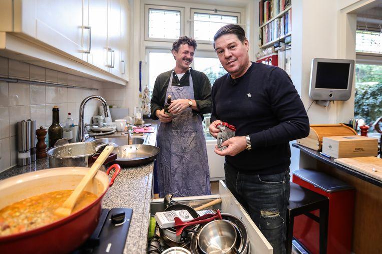 Gilles van der Loo en Martijn Krabbé maken linzensoep. Beeld Eva Plevier