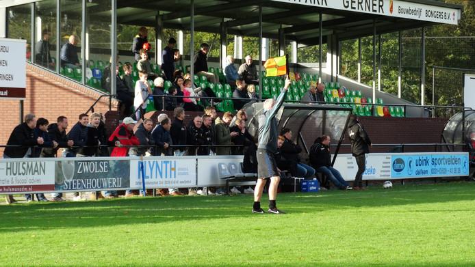 Het bewuste moment in beeld: De grensrechter van Gieten vlagt bij de 3-0 van sv Dalfsen.