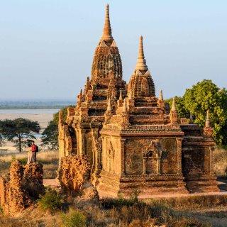 autoriteiten-myanmar-maken-jacht-op-toeristenstel-dat-seksstandje-in-tempel-filmde