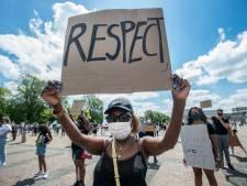 Blank en zwart verkondigen vastberaden en gedisciplineerd boodschap Black Lives Matter in Breda