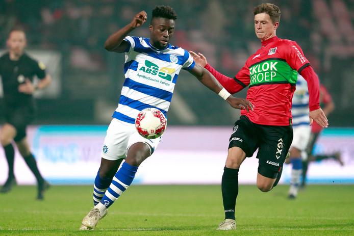 Leeroy Owusu van De Graafschap (links) in duel met NEC'er Bas Kuipers. De 'return' van de Gelderse derby stond gepland voor zondag 22 maart, maar is nu uitgesteld.