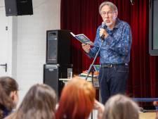 Jacques Vriens leest bij de Ganzenveer voor uit Helmonds boek