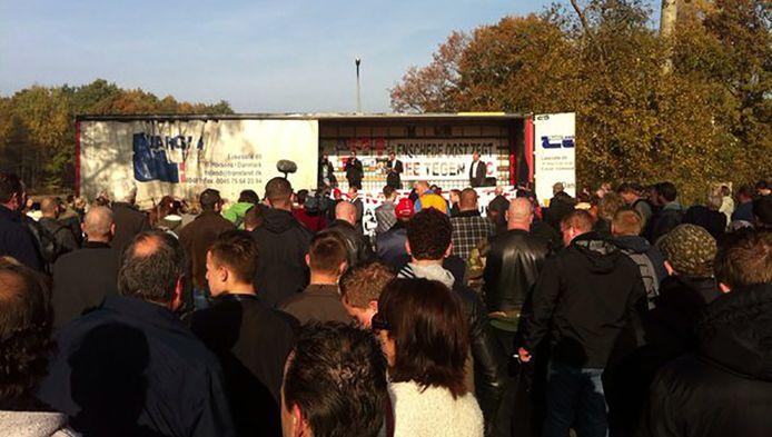 Honderden mensen verzamelen zich op het Eschmarkerveld.