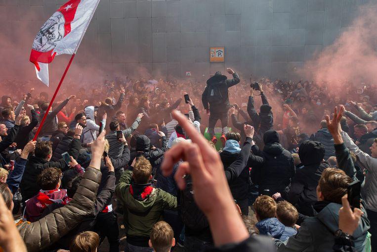 Ajax-supporters feesten zondag buiten de Johan Cruijff Arena. Beeld AP