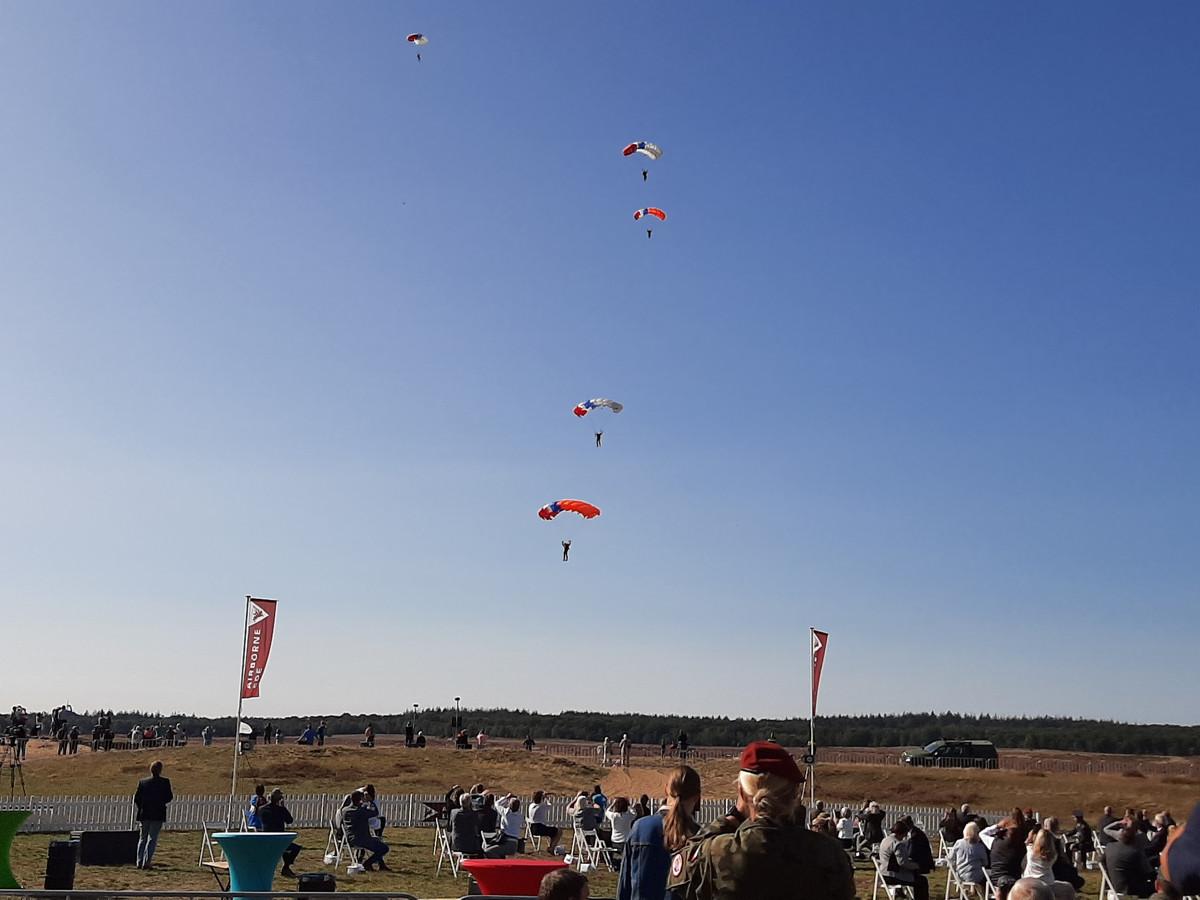 Parachutisten aan het eind van de herdenking op de Ginkelse Heide.