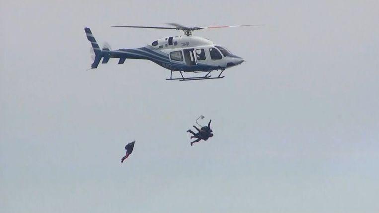 Bush Senior waagt zich aan parachutesprong voor 90ste verjaardag.