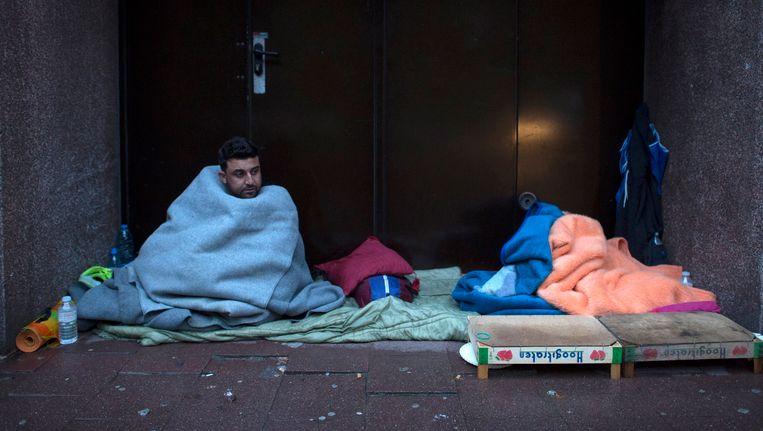 Vluchtelingen wachten aan de dienst Vreemdelingenzaken in Brussel.