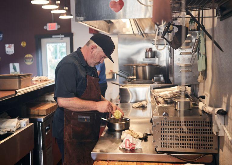 Andrew Bridge in zijn restaurant Station 118. Beeld Sergio Avellaneda