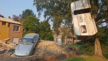 Pasgetrouwd koppel komt thuis en vindt wrak van Porsche in voortuin en caravan in boom