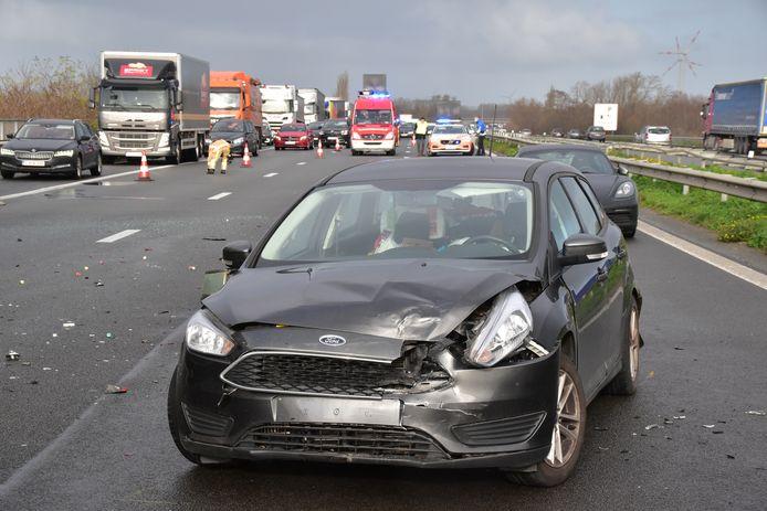Een dame in een Ford Focus werd op de E430 in Sint-Eloois-Winkel aangereden door een Renault Mégane, waarvan de bestuurder de file niet had opgemerkt.