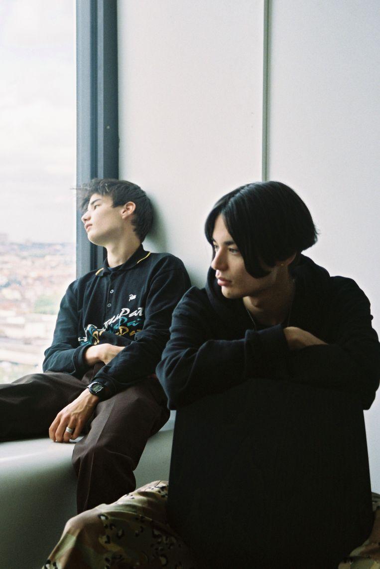 Umi (vooraan) volgt een opleiding tot kleermaker, is beatmaker voor rapper  Zwangere Guy en producete zijn eerste soloproject. Kaito studeert muziekproductie en grafisch ontwerp. Is model en releaset binnenkort zijn eerste EP. Beeld Stine Sampers
