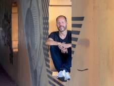 Buddy Tegenbosch wil meer jongeren aan het lezen krijgen, met actuele 'extra small'-roman