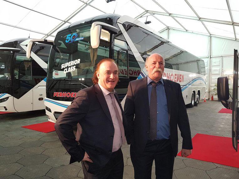 Rudy en Johan Verhoeven voor de splinternieuwe bus.