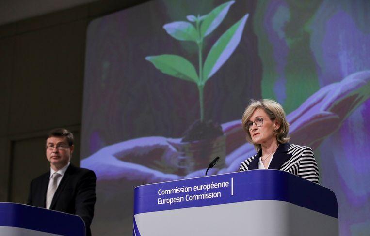 Vicevoorzitter van de Europese Commissie Valdis Dombrovskis en Eurocommissaris voor Financiële Diensten Mairead McGuinness geven een persconferentie over het nieuwe etiket voor groene investeringen. Beeld Reuters