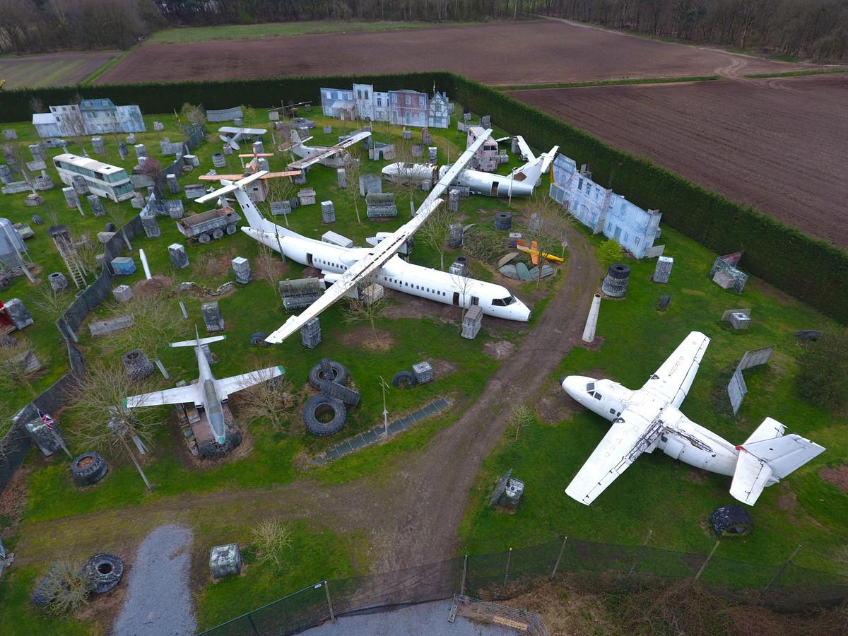 Het vliegtuigkerkhof op het paintball-terrein in Boekel, met als blikvanger de 32 meter lange Dash Q8.