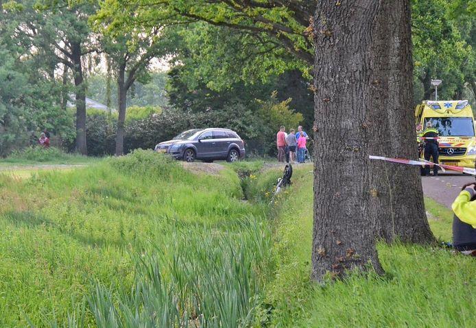 Een motorrijder is tegen een boom gereden bij Halsteren.