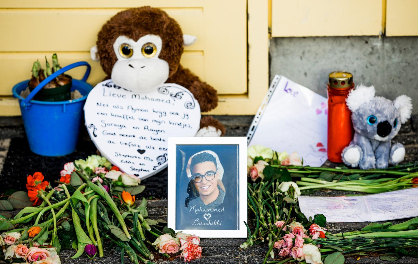 Bloemen in de speeltuin vlakbij de plek waar de 17-jarige Mohammed Bouchikhi werd doodgeschoten.