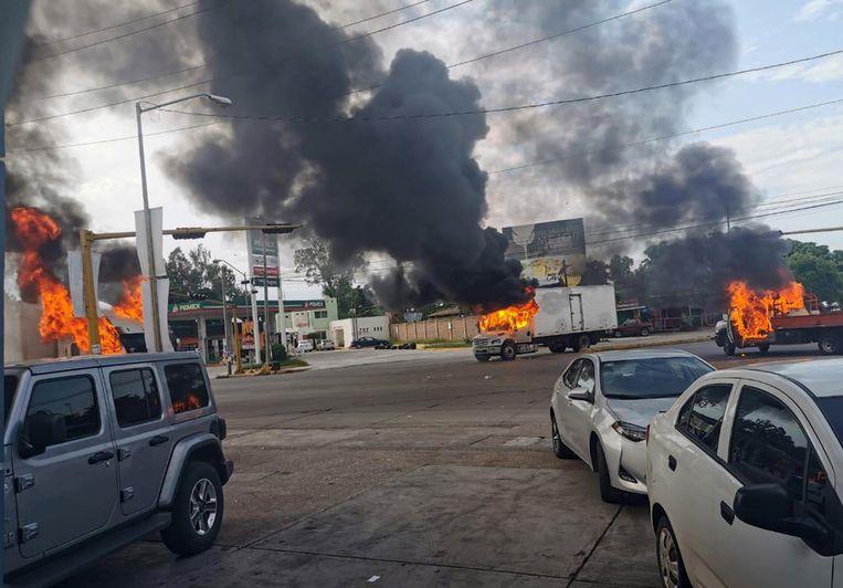 Diverse voertuigen gingen in vlammen op. Beeld EPA