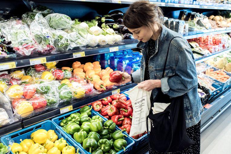 De Morgen-journaliste Katrin Swartenbroux gebruikt een stoffen zakje voor haar groenten. Ze leefde een week lang volledig plasticvrij. Beeld Tine Schoemaker