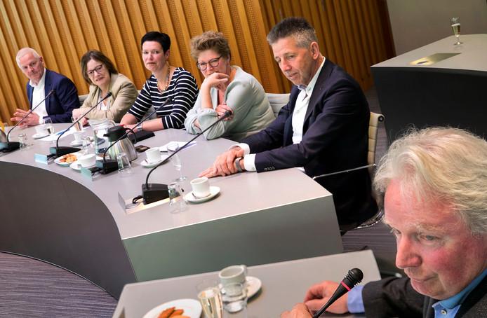 De vijf Laarbeekse wethouders vorig jaar bij de presentatie van het vijfpartijenakkoord, met vln Joan Briels, Ria van der Zanden-Swinkels , Monika Slaets-Sonneveldt, Greet Buter en Tonny Meulensteen. Helemaal vooraan (in)formateur Jan Kerkhof.