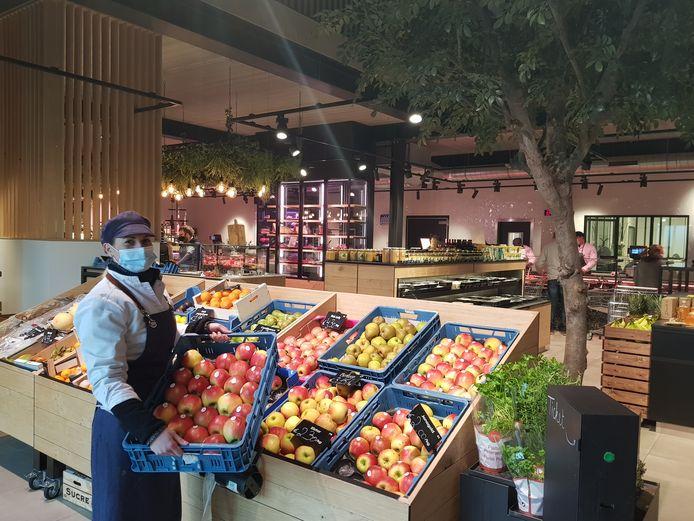 Medewerkster Celien vult de jonagold-appelen aan bij Versmarkt Delva.