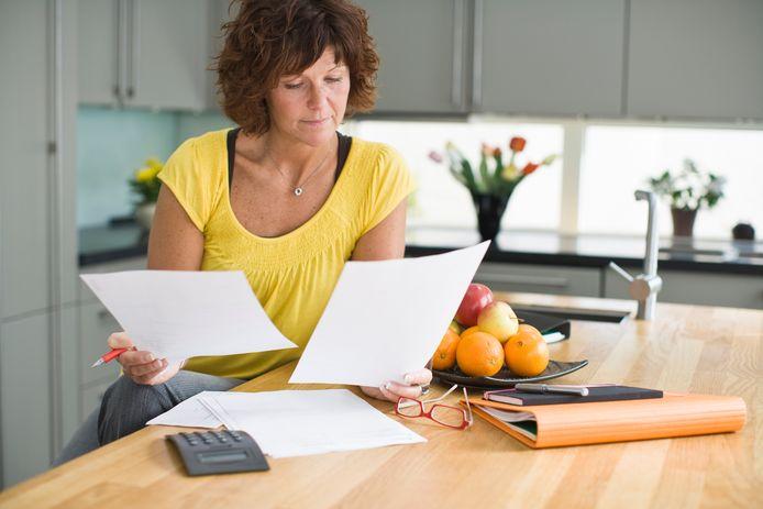 Terwijl een stel met een bepaald inkomen geld terugkrijgt, kan een alleenstaande met hetzelfde inkomen soms juist een rekening van de Belastingdienst verwachten.