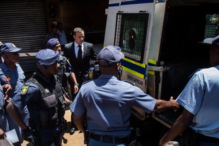 Oscar Pistorius werd gisteren na de rechtszaak weggebracht door de politie. Beeld photo_news