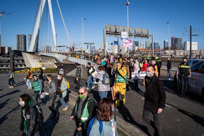 Leden van de actiegroep protesteerden verder naast de Erasmusbrug.