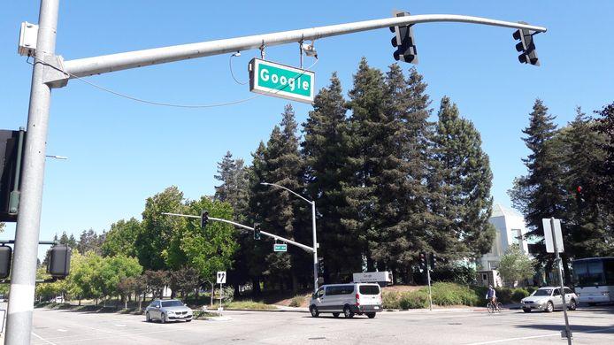 Een Google straatnaambord rond de campus in Mountain View