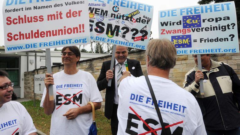Demonstraties voor het hof in Karlsruhe tegen de uitspraak. Beeld epa